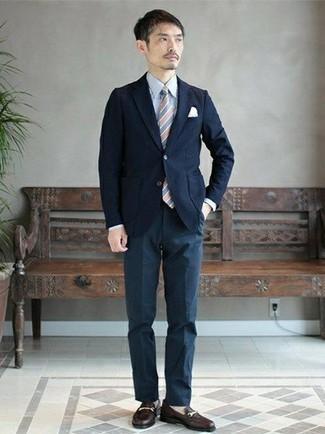 Темно-синий пиджак: с чем носить и как сочетать мужчине: Несмотря на то, что этот лук выглядит довольно консервативно, дуэт темно-синего пиджака и темно-синих классических брюк является неизменным выбором стильных молодых людей, непременно покоряя при этом сердца прекрасных дам. В этот образ очень легко интегрировать пару черных кожаных лоферов.