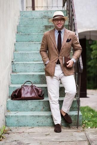 Белые классические брюки: с чем носить и как сочетать мужчине: Несмотря на то, что этот ансамбль кажется достаточно консервативным, сочетание светло-коричневого пиджака и белых классических брюк неизменно нравится стильным мужчинам, а также пленяет сердца противоположного пола. В паре с этим образом отлично будут смотреться темно-коричневые замшевые лоферы.