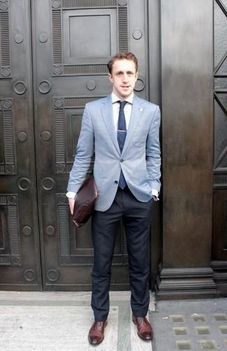 Темно-сине-белый галстук в горошек: с чем носить и как сочетать мужчине: Несмотря на то, что это довольно-таки консервативный образ, дуэт голубого пиджака и темно-сине-белого галстука в горошек всегда будет нравиться стильным мужчинам, но также покоряет при этом сердца представительниц прекрасного пола. В паре с этим ансамблем наиболее удачно будут выглядеть темно-красные кожаные оксфорды.