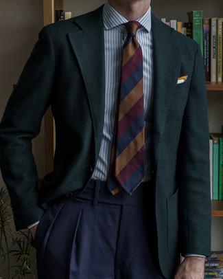 """Мужские луки: Несмотря на то, что этот лук выглядит достаточно консервативно, дуэт темно-зеленого пиджака с узором """"в ёлочку"""" и темно-синих классических брюк всегда будет по душе стильным мужчинам, неминуемо покоряя при этом сердца дам."""