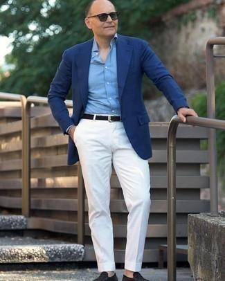С чем носить темно-зеленые солнцезащитные очки мужчине: Если у тебя планируется сумасшедший день, сочетание синего пиджака и темно-зеленых солнцезащитных очков поможет составить комфортный образ в стиле кэжуал. Думаешь добавить сюда нотку строгости? Тогда в качестве обуви к этому образу, стоит выбрать черные замшевые лоферы.