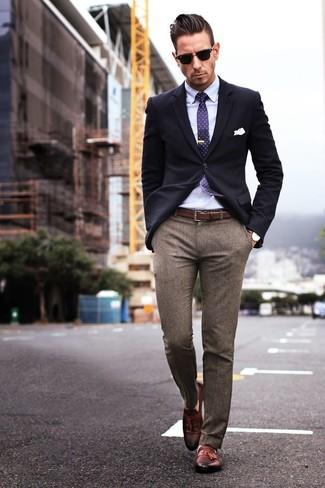 В темно-синем пиджаке и коричневых шерстяных классических брюках можно пойти на свидание в стильном ресторане или на премьеру в театр. Если ты не боишься экспериментировать, на ноги можно надеть коричневые кожаные лоферы с кисточками.