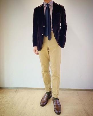 Мужские луки: Темно-коричневый вельветовый пиджак смотрится гармонично в паре со светло-коричневыми классическими брюками. Очень кстати здесь смотрятся коричневые кожаные лоферы.
