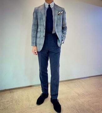 Мужские луки: Любой мужчина будет выглядеть выше всяких похвал в голубом пиджаке в мелкую клетку и темно-синих шерстяных классических брюках. Вместе с этим образом выгодно будут выглядеть черные замшевые монки.
