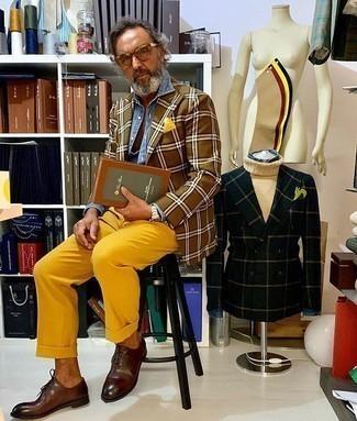 С чем носить желтый нагрудный платок: Сочетание коричневого пиджака в шотландскую клетку и желтого нагрудного платка - очень практично, и поэтому идеально на каждый день. Любители модных экспериментов могут закончить образ темно-коричневыми кожаными оксфордами, тем самым добавив в него немного изысканности.