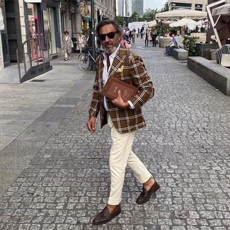 С чем носить желтый нагрудный платок: Коричневый пиджак в шотландскую клетку и желтый нагрудный платок помогут создать несложный и функциональный ансамбль для выходного дня в парке или вечера в пабе с друзьями. Хочешь добавить сюда немного строгости? Тогда в качестве обуви к этому ансамблю, стоит выбрать темно-коричневые кожаные лоферы с кисточками.
