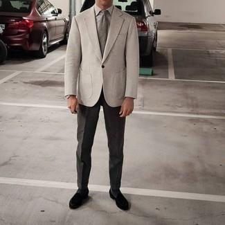 С чем носить бежевый пиджак мужчине: Комбо из бежевого пиджака и темно-серых классических брюк поможет воплотить строгий деловой стиль. Весьма недурно здесь будут выглядеть черные бархатные лоферы.