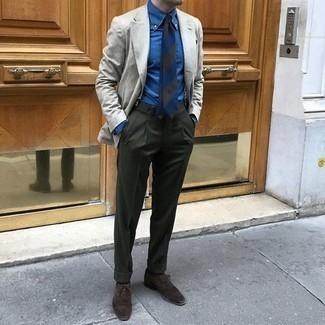 С чем носить темно-коричневые замшевые оксфорды: Несмотря на то, что это довольно-таки выдержанный лук, образ из серого пиджака и темно-зеленых классических брюк всегда будет нравиться джентльменам, непременно пленяя при этом дамские сердца. В сочетании с этим ансамблем наиболее уместно будут смотреться темно-коричневые замшевые оксфорды.