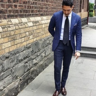 С чем носить черные кожаные часы мужчине: Сочетание синего пиджака и черных кожаных часов - очень практично, и поэтому великолепно подойдет для создания нескучного повседневного стиля. Почему бы не добавить в повседневный ансамбль толику изысканности с помощью темно-коричневых кожаных лоферов с кисточками?