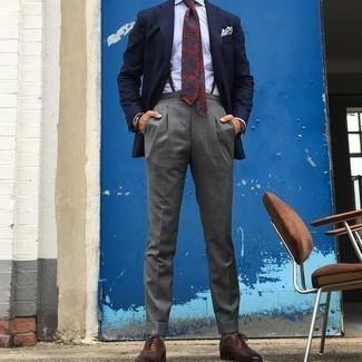 С чем носить черные кожаные часы мужчине: Если в одежде ты отдаешь предпочтение комфорту и практичности, тебе понравится сочетание темно-синего пиджака и черных кожаных часов. Хочешь привнести сюда толику классики? Тогда в качестве обуви к этому луку, стоит выбрать коричневые кожаные оксфорды.