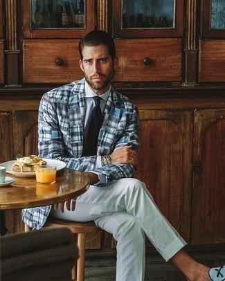 С чем носить бело-коричневый пиджак в шотландскую клетку мужчине: Для воплощения элегантного вечернего ансамбля чудесно подойдет бело-коричневый пиджак в шотландскую клетку и белые классические брюки. Что касается обуви, голубые лоферы из плотной ткани — самый удачный вариант.