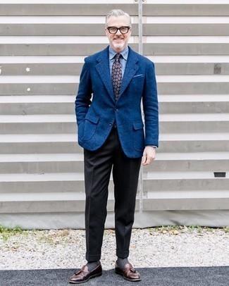 С чем носить черные шерстяные классические брюки мужчине: Для создания изысканного мужского вечернего образа отлично подойдет синий шерстяной пиджак и черные шерстяные классические брюки. Пара коричневых кожаных лоферов с кисточками удачно интегрируется в этот лук.