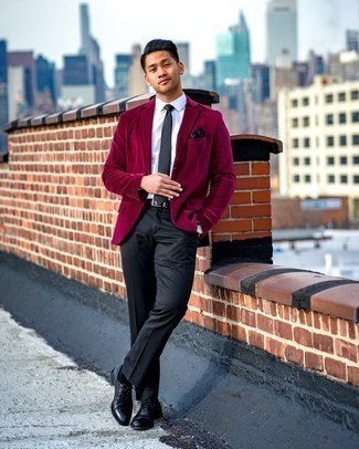 Мужские луки: В темно-красном вельветовом пиджаке и черных классических брюках можно сводить девушку в стильный ресторан или в театр. Что же до обуви, черные кожаные оксфорды — самый достойный вариант.
