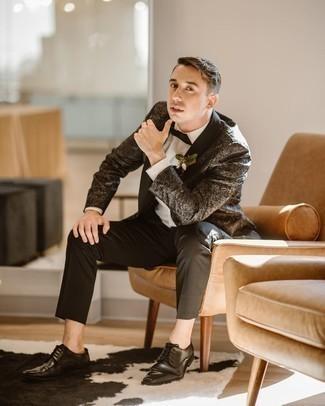 Мужские луки: Сочетание черного пиджака из парчи с принтом и черных классических брюк позволит создать стильный и привлекательный образ. Черные кожаные туфли дерби — идеальный вариант, чтобы завершить ансамбль.