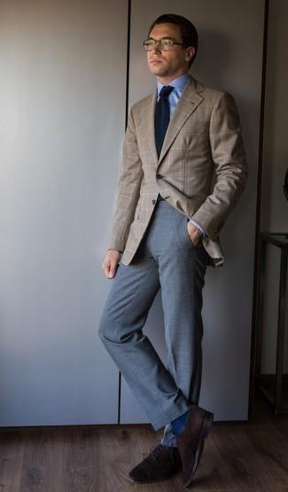 С чем носить темно-синий галстук мужчине: Ты будешь выглядеть отменно в светло-коричневом пиджаке в клетку и темно-синем галстуке. В качестве дополнения к образу здесь просятся темно-коричневые замшевые оксфорды.