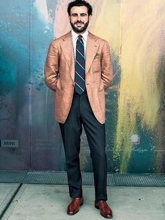 Мужские луки: Несмотря на то, что этот лук кажется достаточно выдержанным, лук из светло-коричневого льняного пиджака и темно-зеленых классических брюк является неизменным выбором стильных мужчин, пленяя при этом сердца прекрасных дам. В сочетании с этим образом наиболее гармонично будут смотреться коричневые кожаные туфли дерби.