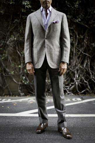 Мужские луки осень: Серый шерстяной пиджак в шотландскую клетку и темно-серые классические брюки — обязательные вещи в строгом мужском гардеробе. В сочетании с темно-коричневыми кожаными ботинками дезертами весь ансамбль выглядит очень динамично. Вне всякого сомнения, такое сочетание вещей будет смотреться выигрышно в солнечный осенний день.
