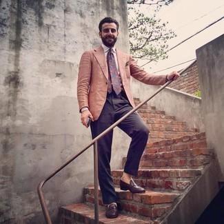 С чем носить темно-синие классические брюки мужчине: Несмотря на то, что это классический ансамбль, сочетание оранжевого пиджака и темно-синих классических брюк является постоянным выбором современных джентльменов, покоряя при этом сердца противоположного пола. Пара темно-коричневых кожаных лоферов прекрасно подходит к остальным составляющим образа.