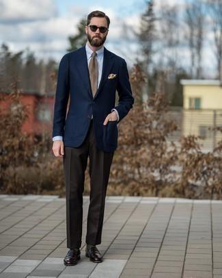 С чем носить светло-коричневый галстук в шотландскую клетку мужчине: Темно-синий шерстяной пиджак в сочетании со светло-коричневым галстуком в шотландскую клетку позволит составить эффектный мужской лук. Что до обуви, закончи образ темно-коричневыми кожаными лоферами.
