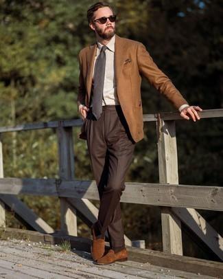 С чем носить темно-серый галстук в шотландскую клетку мужчине: Несмотря на то, что этот лук довольно классический, лук из табачного шерстяного пиджака и темно-серого галстука в шотландскую клетку всегда будет выбором стильных мужчин, пленяя при этом сердца представительниц прекрасного пола. Коричневые замшевые лоферы — идеальный выбор, чтобы завершить ансамбль.
