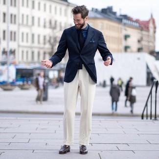 С чем носить темно-синюю классическую рубашку из шамбре мужчине: Темно-синяя классическая рубашка из шамбре в сочетании с белыми классическими брюками позволит составить стильный и мужественный лук. Любишь незаурядные решения? Можешь завершить свой ансамбль темно-коричневыми кожаными лоферами.