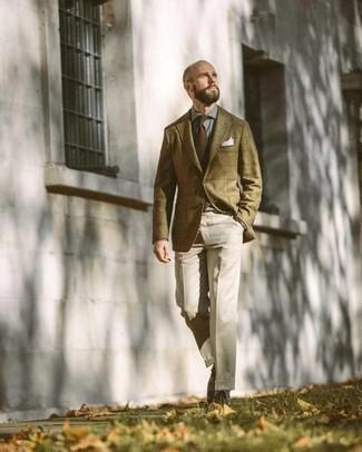 С чем носить оливковый шерстяной пиджак в клетку мужчине: Оливковый шерстяной пиджак в клетку в сочетании с бежевыми классическими брюками позволит создать стильный и мужественный ансамбль. Такой лук несложно адаптировать к повседневным делам, если надеть в паре с ним темно-коричневые кожаные повседневные ботинки.
