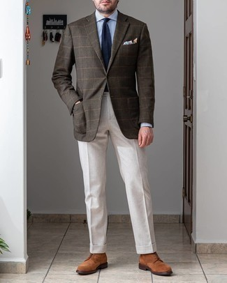 С чем носить коричневые замшевые повседневные ботинки мужчине: Несмотря на то, что это весьма сдержанный образ, тандем темно-коричневого шерстяного пиджака в клетку и белых классических брюк всегда будет по душе стильным молодым людям, пленяя при этом сердца прекрасных дам. Коричневые замшевые повседневные ботинки подарят комфорт в течение всего дня.