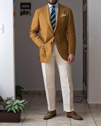 С чем носить оливковые замшевые лоферы мужчине: Несмотря на то, что это довольно-таки консервативный лук, сочетание желтого пиджака и белых классических брюк является неизменным выбором современных джентльменов, неизменно покоряя при этом сердца девушек. В паре с этим образом органично будут выглядеть оливковые замшевые лоферы.