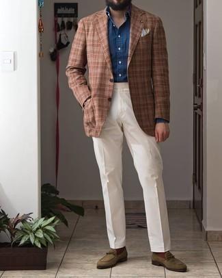 С чем носить темно-синюю классическую рубашку из шамбре мужчине: Темно-синяя классическая рубашка из шамбре в паре с белыми классическими брюками поможет создать модный и мужественный образ. Что касается обуви, можешь отдать предпочтение функциональности и выбрать оливковые замшевые лоферы.