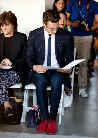 Темно-красные замшевые оксфорды: с чем носить и как сочетать: Несмотря на то, что это классический лук, ансамбль из темно-синего пиджака в вертикальную полоску и темно-синих классических брюк всегда будет по душе стильным мужчинам, покоряя при этом сердца прекрасных дам. Этот лук легко получает свежее прочтение в тандеме с темно-красными замшевыми оксфордами.