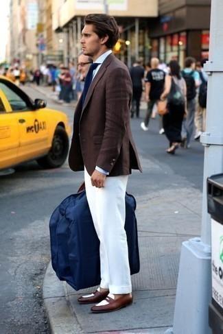 С чем носить коричневые кожаные лоферы мужчине: Темно-коричневый пиджак и белые классические брюки помогут составить эффектный мужской образ. Говоря об обуви, можно дополнить образ коричневыми кожаными лоферами.