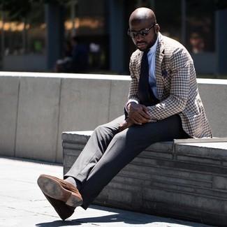 С чем носить коричневый пиджак в мелкую клетку мужчине: Несмотря на то, что этот образ выглядит довольно выдержанно, тандем коричневого пиджака в мелкую клетку и темно-серых классических брюк всегда будет нравиться стильным мужчинам, неминуемо пленяя при этом дамские сердца. Пара коричневых замшевых лоферов великолепно гармонирует с остальными элементами лука.
