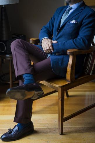 С чем носить темно-коричневые кожаные лоферы с кисточками: Темно-синий пиджак и темно-коричневые классические брюки позволят создать эффектный мужской лук. Пара темно-коричневых кожаных лоферов с кисточками свяжет лук воедино.
