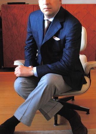 С чем носить белый нагрудный платок: Темно-синий пиджак в клетку и белый нагрудный платок — прекрасная формула для воплощения привлекательного и функционального лука. Думаешь привнести сюда толику нарядности? Тогда в качестве дополнения к этому образу, стоит выбрать темно-коричневые замшевые оксфорды.