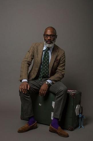 """Как одеваться мужчине за 50: Сочетание коричневого шерстяного пиджака с узором """"гусиные лапки"""" и голубой классической рубашки поможет создать модный и привлекательный образ."""