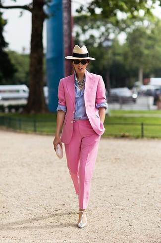 Как и с чем носить: розовый пиджак, бело-синяя классическая рубашка в вертикальную полоску, розовые классические брюки, серебряные кожаные туфли