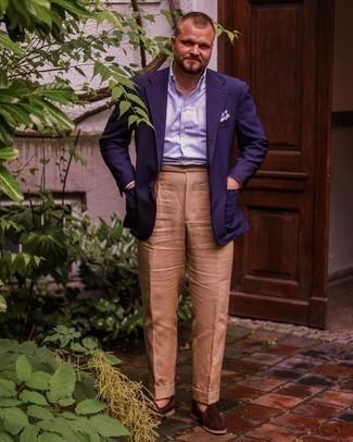 Мужские луки: Несмотря на то, что этот образ выглядит весьма выдержанно, тандем темно-синего пиджака и светло-коричневых классических брюк всегда будет нравиться стильным мужчинам, пленяя при этом сердца прекрасных дам. В качестве дополнения к образу здесь напрашиваются темно-коричневые замшевые лоферы.