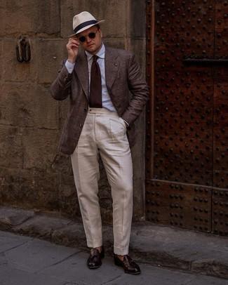 Мужские луки: Несмотря на то, что это довольно сдержанный образ, сочетание темно-коричневого пиджака в шотландскую клетку и бежевых классических брюк является постоянным выбором современных джентльменов, неизменно покоряя при этом сердца представительниц прекрасного пола. В паре с этим луком наиболее гармонично выглядят темно-красные кожаные лоферы с кисточками.