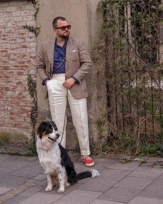 Мужские луки: Несмотря на то, что это классический образ, сочетание коричневого пиджака в шотландскую клетку и белых классических брюк неизменно нравится стильным молодым людям, покоряя при этом дамские сердца. Почему бы не привнести в этот лук немного авантюрности с помощью красных низких кед из плотной ткани?