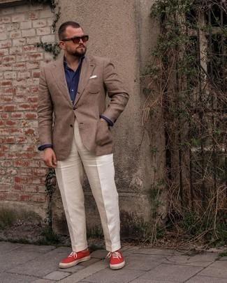 Мужские луки: Сочетание коричневого пиджака в шотландскую клетку и белых классических брюк поможет составить выразительный мужской лук. красные низкие кеды из плотной ткани добавят облику легкой небрежности и дерзости.