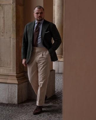 Мужские луки: Несмотря на то, что это классический образ, лук из темно-зеленого шерстяного пиджака и светло-коричневых классических брюк всегда будет по душе стильным молодым людям, пленяя при этом сердца дамского пола. Заверши образ темно-коричневыми замшевыми повседневными ботинками, если не хочешь, чтобы он получился слишком отполированным.