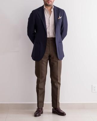 С чем носить разноцветный нагрудный платок с принтом: Темно-синий пиджак и разноцветный нагрудный платок с принтом — превосходная формула для создания приятного и практичного ансамбля. Хочешь добавить в этот ансамбль нотку строгости? Тогда в качестве дополнения к этому ансамблю, стоит выбрать темно-красные кожаные туфли дерби.