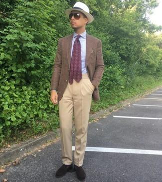 С чем носить темно-красный галстук с принтом мужчине: Несмотря на то, что этот ансамбль кажется довольно-таки выдержанным, образ из коричневого пиджака и темно-красного галстука с принтом приходится по вкусу джентльменам, покоряя при этом дамские сердца. Переходя к обуви, можно завершить образ темно-коричневыми замшевыми лоферами.