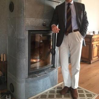 С чем носить темно-коричневые замшевые оксфорды: Несмотря на то, что это достаточно консервативный ансамбль, тандем темно-серого пиджака и белых классических брюк всегда будет нравиться стильным молодым людям, но также пленяет при этом сердца дам. Пара темно-коричневых замшевых оксфордов поможет сделать ансамбль цельным.