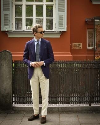 С чем носить темно-синий пиджак мужчине: Несмотря на то, что этот ансамбль кажется достаточно выдержанным, тандем темно-синего пиджака и бежевых классических брюк всегда будет выбором стильных молодых людей, покоряя при этом сердца дамского пола. Вкупе с этим образом стильно будут выглядеть темно-коричневые замшевые лоферы.