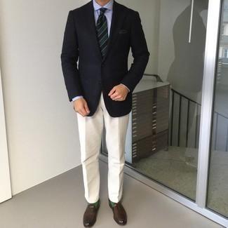 Мужские луки: Несмотря на то, что это классический образ, сочетание темно-синего пиджака и бежевых классических брюк является постоянным выбором современных джентльменов, непременно покоряя при этом дамские сердца.