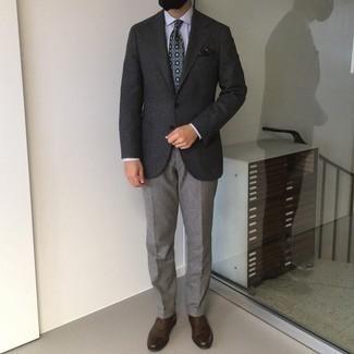 Мужские луки осень: Темно-серый шерстяной пиджак выглядит гармонично в паре с серыми классическими брюками. Вкупе с этим ансамблем чудесно будут смотреться темно-коричневые кожаные оксфорды. Если хочешь выглядеть по-осеннему эффектно и по моде, несомненно возьми этот лук на вооружение.