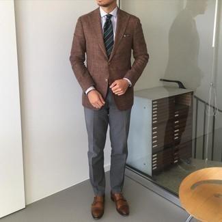 Мужские луки: Коричневый пиджак и темно-серые классические брюки — отличный пример изысканного мужского стиля в одежде. Что же до обуви, коричневые кожаные монки с двумя ремешками — самый уместный вариант.