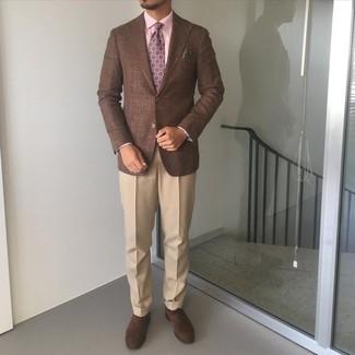 С чем носить светло-коричневые классические брюки мужчине: Коричневый пиджак и светло-коричневые классические брюки — беспроигрышный выбор для мероприятия в фешенебельном заведении. Темно-коричневые замшевые оксфорды выигрышно дополнят этот лук.