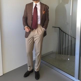 С чем носить черные кожаные оксфорды: Коричневый пиджак в паре со светло-коричневыми классическими брюками — олицетворение элегантного стиля. Очень органично здесь будут смотреться черные кожаные оксфорды.
